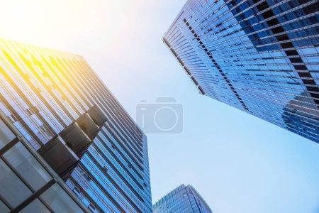 Photo pour Vue faible angle de gratte-ciels, quartier des affaires à Shanghai, Chine. - image libre de droit
