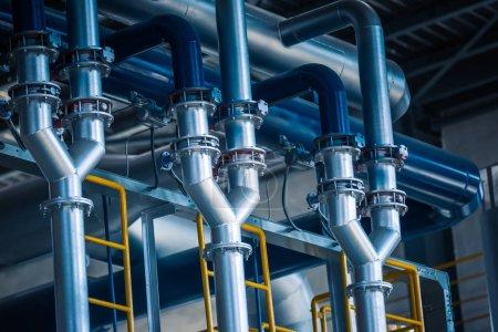 Photo pour Pipelines et câbles en acier dans une usine, zone industrielle . - image libre de droit