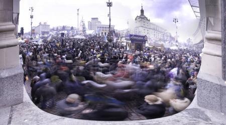 stream of people on Maidan