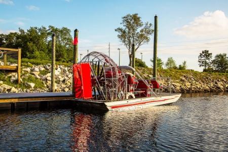 Photo pour Bateau partant en visite guidée à travers les marais de Louisiane à la recherche d'alligators - image libre de droit