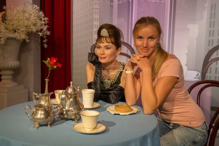 Девочка сидит у Одри
