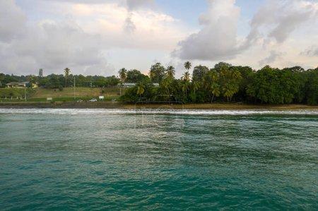 """Photo pour Vue aérienne de l """"île de Tobago. Mer bleue des Caraïbes avec de grosses vagues près de la plage. - image libre de droit"""