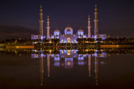 Photo pour Coucher de soleil magique vue panoramique sur la Grande Mosquée Sheikh Zayed, Abou Dhabi, Émirats arabes unis au coucher du soleil et au crépuscule. La troisième plus grande mosquée du monde. Transition d'une journée à la nuit. - image libre de droit