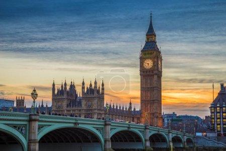 Photo pour Londres - l'emblématique de Big Ben, maisons du Parlement et Westminster bridge au coucher du soleil avec un ciel magnifique - image libre de droit