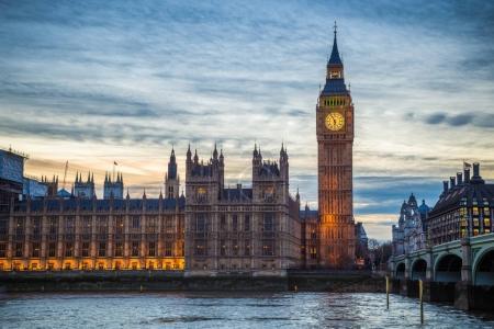 Photo pour Londres - le célèbre Big Ben, Houses of Parliament et Westminster Bridge au crépuscule - image libre de droit