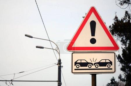 Risque élevé de collision. Un panneau de signalisation avec un point d'exclamation et les deux wagons qui s'est écrasé sur l'autre