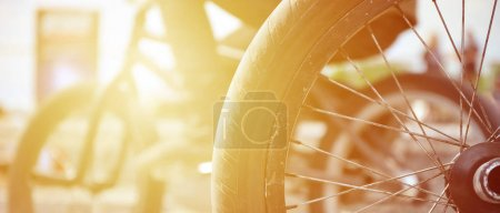 Photo pour Une roue de vélo BMX sur fond de rue floue avec des cyclistes. Concept de sports extrêmes - image libre de droit