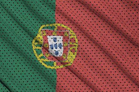 Photo pour Drapeau du Portugal imprimé sur un tissu de maille de sport en nylon polyester avec quelques plis - image libre de droit