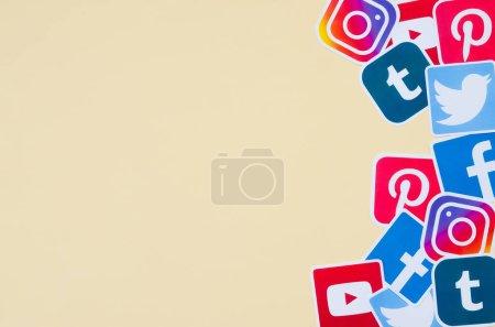 Photo pour KHARKOV, UKRAINE - OCTOBRE 3, 2019 : De nombreuses icônes imprimées du réseau social sont empilées sur fond beige avec de l'espace de copie. Facebook Instagram Pinterest Twitter Youtube Tumblr. Résumé du contexte - image libre de droit