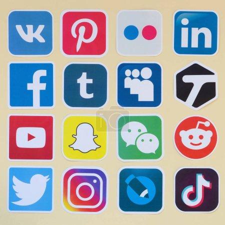 Photo pour KHARKOV, UKRAINE - 17 OCTOBRE 2019 : De nombreuses icônes en papier avec le logo des réseaux sociaux les plus populaires et des applications de smartphone pour le chat et les conversations en ligne - image libre de droit