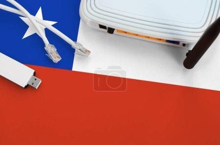 Photo pour Drapeau du Chili représenté sur la table avec câble Internet rj45, adaptateur wi-fi USB sans fil et routeur. Concept de connexion Internet - image libre de droit