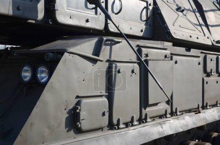 Photo pour Vue rapprochée du transport blindé vert de chenilles. Technologies modernes des véhicules de transport militaire - image libre de droit