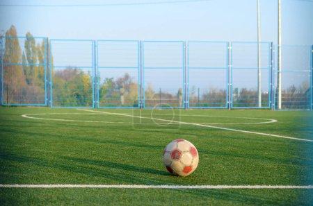 Photo pour Ballon de football classique sur terrain de gazon vert de football en plein air. Concept de sport actif et d'entraînement physique - image libre de droit