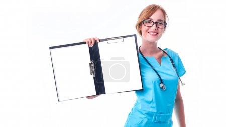 Médico médico o enfermera que sostiene la historia clínica del paciente .