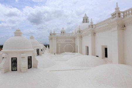 Photo pour Eglise blanche complète, Cathédrale de Léon Nicaragua - image libre de droit
