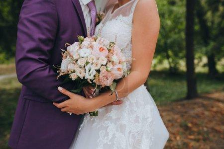 Composition de fleurs de mariage en mains