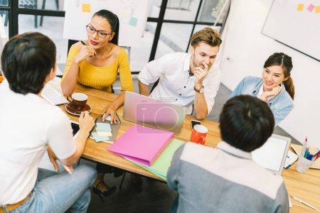 Foto de Multiétnico grupo diverso de personas en el trabajo. Equipo creativo, compañero de trabajo de negocios informal o estudiantes universitarios en reunión estratégica o proyecto generar discusión en la oficina. Arranque o trabajo en equipo concepto - Imagen libre de derechos