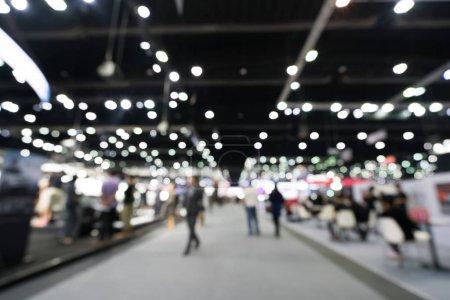 verschwommener, defokussierter Hintergrund der öffentlichen Ausstellungshalle. Gewerbeschau, Jobmesse oder Börse. Organisation oder Firmenveranstaltung, kommerzieller Handel oder Marketingkonzept für Einkaufszentren