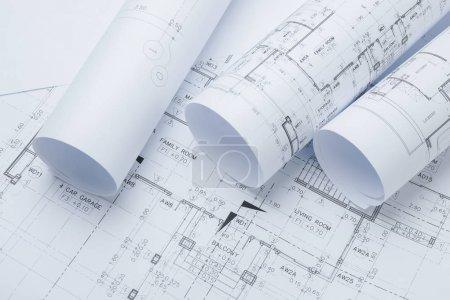 Foto de Rollos de papel de dibujo arquitectónico de una vivienda para la construcción - Imagen libre de derechos