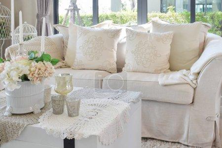 Photo pour Salon de luxe avec canapé classique et ensemble décoratif sur la table - image libre de droit