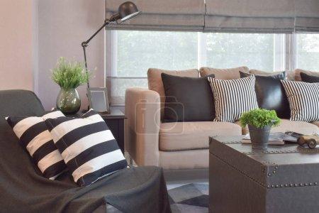 Photo pour Oreillers en cuir rayé et noir sur le canapé dans le salon de style industriel moderne - image libre de droit
