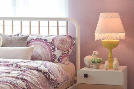 Foto de Interior acogedor dormitorio con almohadas y lámpara de lectura de mesita de noche - Imagen libre de derechos