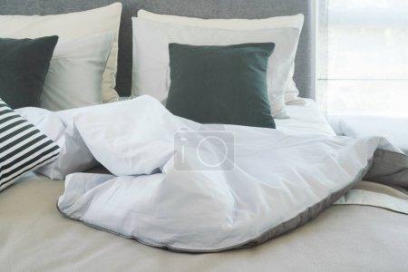 Photo pour Couverture désordonnée sur le lit le matin - image libre de droit