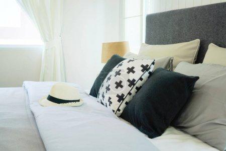 Photo pour Chapeau sur le lit avec oreillers à l'intérieur élégant chambre - image libre de droit