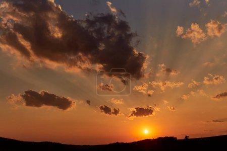 Photo pour Coucher de soleil avec nuages et lac en arrière-plan avec arbre - image libre de droit