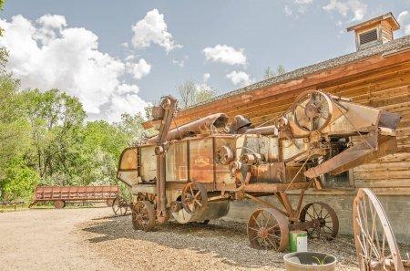 Photo pour La batteuse rouillée a l'air lourde et très difficile à utiliser - image libre de droit