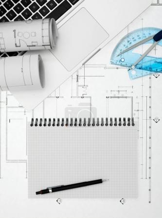 Photo pour Carnet, ordinateur portable et plans d'en haut - image libre de droit