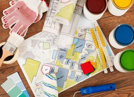 Photo pour Outils de peinture sur sol en bois - image libre de droit