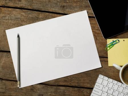 Photo pour Papier blanc sur le bureau - image libre de droit
