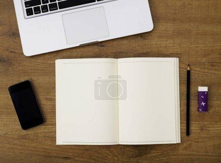 Photo pour Blanc pour ordinateur portable sur un bureau - image libre de droit