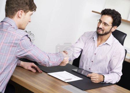 Photo pour Hommes d'affaires se serrant la main au bureau - image libre de droit