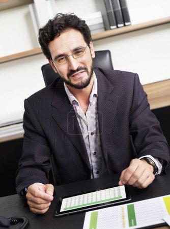 Photo pour Homme d'affaires au bureau - image libre de droit