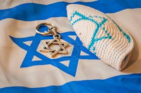 Photo pour Plié kippa coutume juive cap, une étoile de David sur le drapeau d'Israël déplié. Giyur - notion de conversion de judaïsme. - image libre de droit