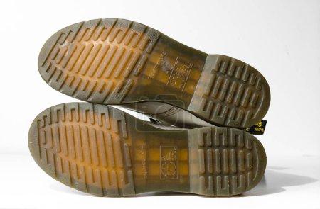 Photo pour London, Angleterre, 05 / 05 / 2019 Dr Martens 1460 white Leather Boots 8 Eye lace hole. punk à la mode historique britannique fait bottes en cuir. Dr Martens guerre aérienne avec des semelles de liaison. construit pour durer. semelle gomme - image libre de droit
