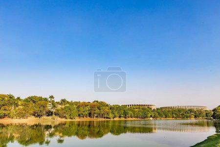 Foto de Belo Horizonte, Minas Gerais, Brasil. Vista del lago Pampulha en un hermoso día soleado y cielo blus - Imagen libre de derechos