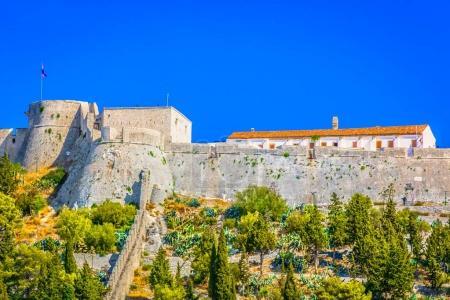 Photo pour Vue panoramique sur le vieux fort historique de la ville de Hvar, célèbre site touristique en Croatie, Méditerranée . - image libre de droit