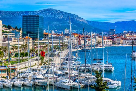Photo pour Split ville méditerranéenne d'été. / Vue panoramique de la station touristique méditerranéenne Split ville sur la côte adriatique, région de Dalmatie en Croatie, Europe . - image libre de droit