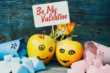 Photo pour Visage sur une pomme. Couple famille Pomme verte Coeurs bleu et rose entourés, carte de la Saint-Valentin - image libre de droit