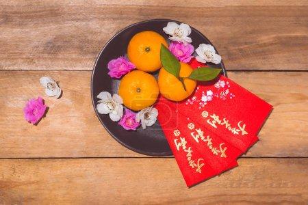 """Photo pour Oranges mandarines et Nouvel An lunaire avec le texte """"Bonne année"""" sur la poche rouge. Tet Holiday concept. Texte signifie chance et bonheur . - image libre de droit"""