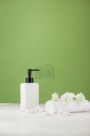 Photo pour Composition de spa avec bouteille cosmétique sur vert. - image libre de droit