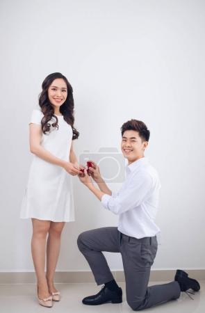 Photo pour Proposition. Un bel homme montrant une bague de fiançailles en diamant à sa copine. Mariage proposé . - image libre de droit