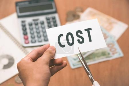 Photo pour Mâles coupe morceau de papier par ciseaux - image libre de droit