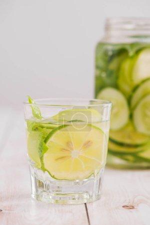 Photo pour Eau de désintoxication aux légumes et fruits. Alimentation saine et perte de poids . - image libre de droit