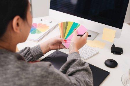diseñador de interiores masculino que trabaja con el nuevo ordenador portátil moderno y tableta digital profesional