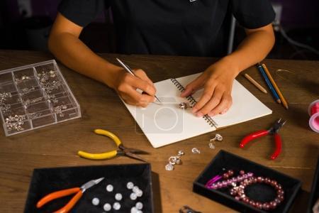 Photo pour Créateur de bijoux travaille sur un croquis dessin à la main - image libre de droit