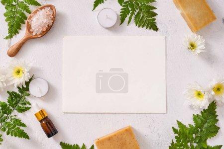 Photo pour Sel de salle de bain, savon et huile d'arôme pour spa sur fond blanc - image libre de droit